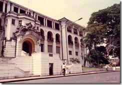 Freetown Tribunal-con el famoso Árbol de Algodón a la derecha-EL CRISOL DE LA CORDURA